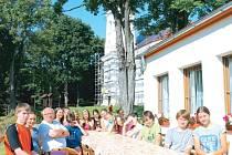 U jednoho stolu se táborníci na Annabergu nad Andělskou Horou v Jeseníkách domlouvali na společném plánu aktivního dne. Měli štěstí, že svůj pobyt v horách stihli, ještě když bylo pěkné počasí.