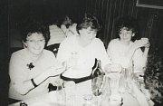 Kolegyně z krnovského podniku Řempo v roce 1989 při oslavě na Kolibě.
