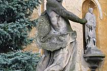 Nejstarší venkovní sochou vKrnově je Jan Křtitel před kostelem svatého Benedikta v Kostelci.
