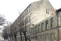 Bourání spojovacího krčku mezi továrnami brzy napojí areál Barvířská na Soukenickou ulici.
