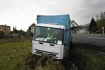 Pondělní odpoledne 19. října přineslo řidiči nákladního vozu technickou závadu, kvůli které skončil šofér i jeho vůz v příkopu.