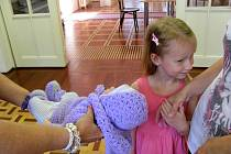 Pochovat si naturalistickou panenku, která vypadá jako skutečné dítě? Maminky i opravdové holčičky při tom často mají rozporuplné pocity.