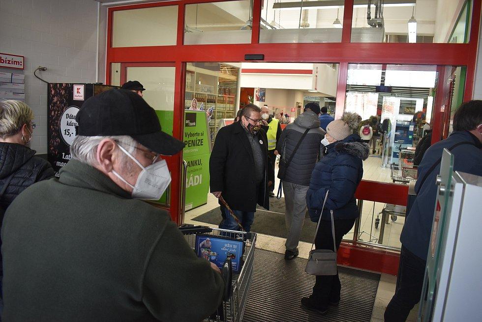 Fanoušci Lubomíra Volného si nakoupili v bruntálském Kauflandu a pak vyrazili na společnou procházku.