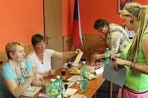 Dlouhé hodiny čekali na ojedinělé hlasující členové volební komise ve Václavově u Bruntálu. I tak nakonec přišlo přes sedmnáct procent voličů, zapsaných do volebního seznamu.