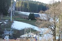 Kopřivná je rájem lyžařů i v tomto týdnu, kdy je většina okolních areálu kvůli nedostatku sněhu uzavřena. Funguje už jen Ovčárna a Ski Karlov.