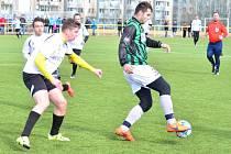 Kvalitních sedmdesát minut odehráli krnovští fotbalisté proti Jeseníku. Na snímku vlevo Marek Havlíček.