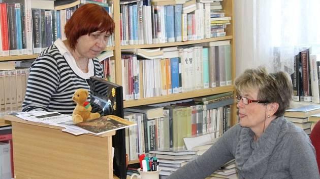 Vrbenské knihovnice Olga Hulínová a Marie Remešová (zleva) nabízí novým čtenářům půlroční registraci zdarma.
