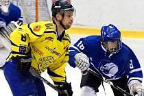Na snímku bojuje s jedním z hostujících mladíků kapitán Krnova Pavel Michálek.