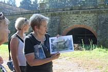 Historička umění Ľubica Mezerová ukazuje starý snímek se sallou terrenou, před níž kdysi rostl banánovník. Pokud vyjdou žádosti o podporu dvou projektů, do dvou let by měl zámecký park projít úpravami a získat důstojnou podobu.