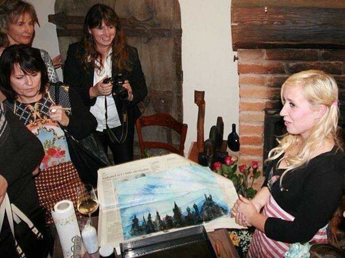 Tess Gemelová je mladá výtvarnice z Lichnova, která propadla malování na vodě technikou ebru. Jak tyto obrazy vznikají ukázala i na vernisáži v krnovské Bauerově kavárně.