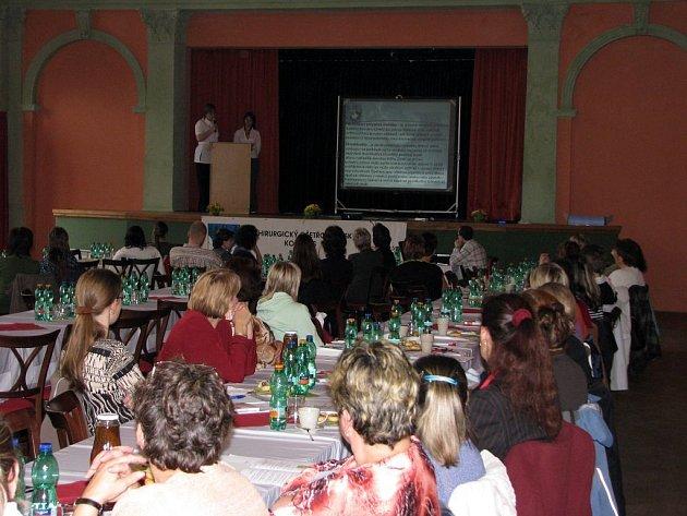 Kongres pro lékaře s zdravotní sestry se uskutečnil v sále společenského domu v Bruntále. Hovořilo se o péči o pacienty s dočasně nebo trvale vyvedeným dutým orgánem na povrch těla.