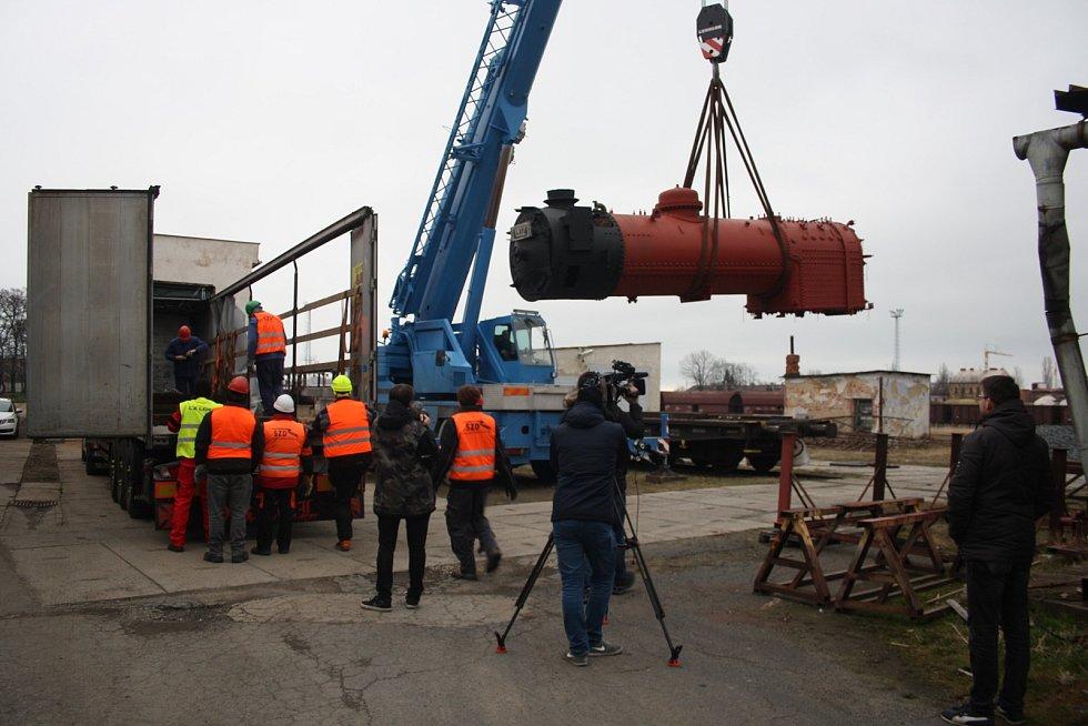 Parní lokomotiva Malý Štokr už má sedmdesát let a potřebuje generálku. V říjnu 2019 parní kotel putoval z Krnova ke specialistům do firmy SEA Kolín. Zpět do krnovského depa se vrátil počátkem března (na snímku). Pak přišel koronavirus.