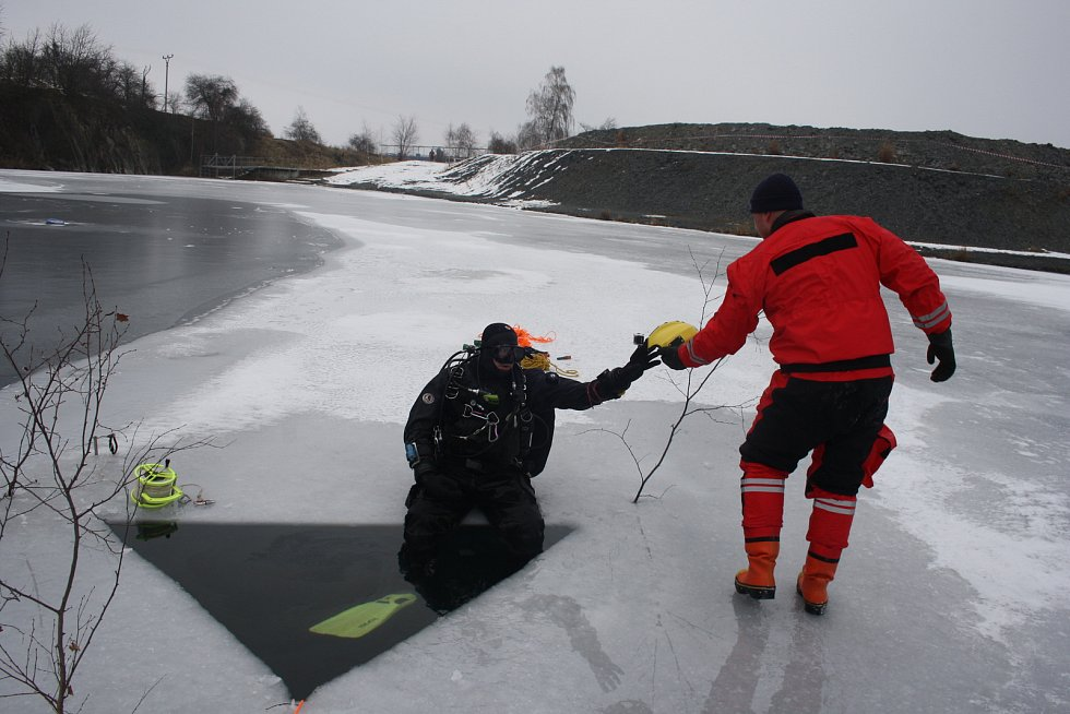 Potápěči na zamrzlém lomu Šifr u Svobodných Heřmanic.