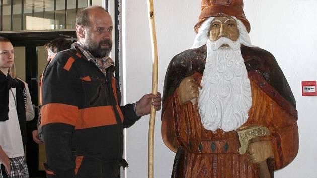 Řezbář Jiří Halouzka umístil do vestibulu věže na Pradědu svou sochu děda Praděda. Socha je z dubu, vysoká 214 centimetrů, maximální obvod dělá 239 centimetrů a váha je 0,6 tuny.