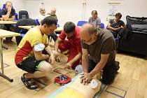 Bruntálští vodní záchranáři si pod vedením zdravotních instruktorů před sezonou zopakovali zásady poskytování první pomoci.