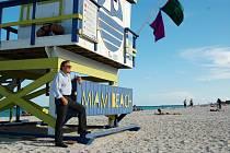 Karel Gott byl na pláži Miami beach jen jednou v životě. S fotografem Jiřím Krušinou.