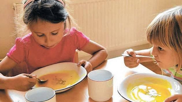 Děti si osvojují základní stravovací návyky už v útlém věku. Na tom je založen projekt Skutečně zdravá škola.
