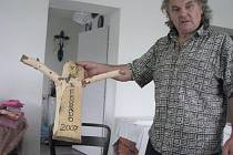 Zakladatel a prezident přehlídky country a trampské písně Alois Hutera s emblémem, který věnoval interpretům v roce 2007. Také letos má pro každého připraveno překvapení.