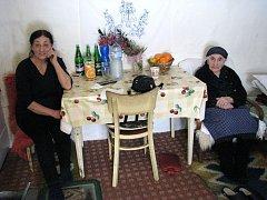 Nejstarší obyvatelkou Krnovska a Bruntálska je Evangelia Čarasová (vpravo), která žije přes padesát let v malém domečku v Dívčím Hradu. Do paneláku za dcerou by nikdy bydlet nešla, a tak k ní dcera Polyxenie (vlevo) chodí každý den na návštěvu.