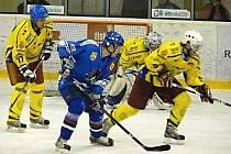 Hokejisté HK Krnov sehráli s Orlovou více než vyrovnanou partii, neproměňovali ale šance. Na snímku před brankou Romana Šlupiny bojuje Jan Weiss (vpravo), vlevo hlídkuje Jiří Vavrečka.