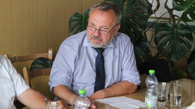 Pavel Kováčik z podvýboru pro vodní hospodářství v televizním vystoupení prohlásil, že výstavbě přehrady Nové Heřminovy klade odpor ministerstvo životního prostředí.