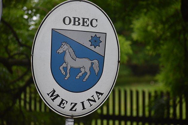 Mezina má koně na obecním znaku ina dopravní značce.