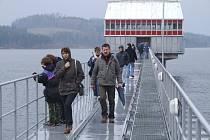 Ani deštivé počasí neodradilo stovky lidí od prohlídky hráze přehrady.