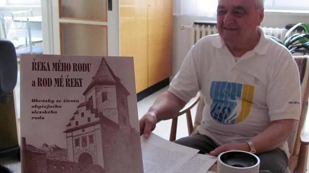 Vladimír Blucha s titulem své nové knihy.