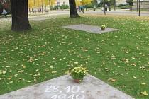 Státní svátek vzniku samostatného Československa si v Krnově připomínají nejen politici, ale spontánně se zapojuje také veřejnost. Třeba loni se ve Smetanových sadech objevily tyto nápisy křídou vedle květin.
