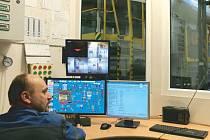 Kotelník v centrální výtopně na Dolní v Bruntále nepotřebuje na přikládání lopatu, ale počítač. Na něm sleduje a řídí provoz kotlů.
