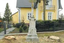 Kříž před domem Naděždy Paprskarzové namísto lip střeží jen dva pařezy.