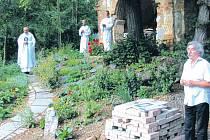 Ryszard Brzezinski z Pielgrzymowa (vpravo) inicioval záchranu barokní zámecké kaple, která leží na českém břehu jako jeden z mála pozůstatků zaniklé vsi Pelhřimovy. Kaple kdysi patřila k zámku, který je na polském břehu hraničního potoka.