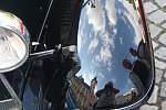 Kolona autoveteránů si na své cestě pohraničím udělala zastávku také na krnovském náměstí.