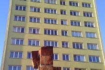 Nejvyšší krnovský dům nazývaný věžák leží v lokalitě mezi areálem nemocnice a Albrechtickou ulicí.