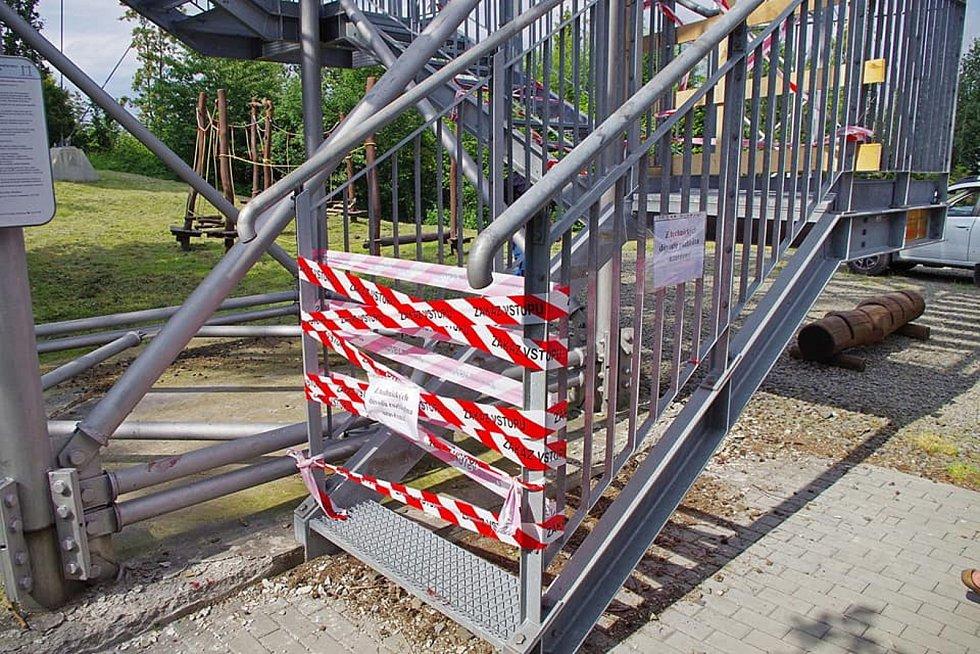 """""""Hyenismus"""" komentují lidé schody ukradené z rozhledny na Hraničním vrchu u Města Albrechtic. Chybějící schody byly příčinou vážného úrazu dítěte."""