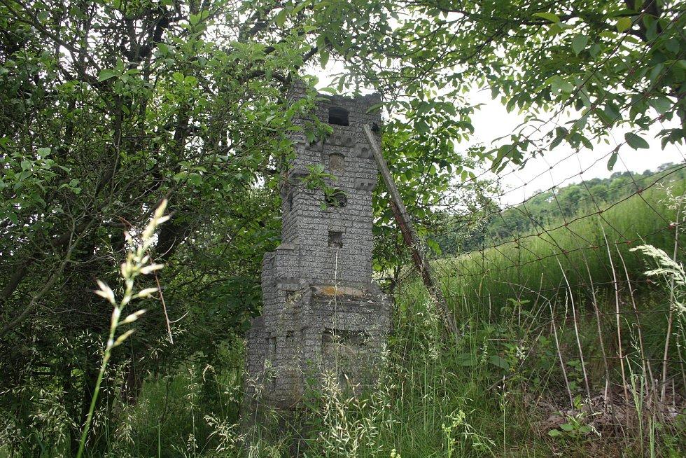 Město Janov je jedním z mála míst, kde se dochoval zahradní model rozhledny na Pradědu. Původní 32metrů vysoká Altvaterturme či Habsburgwarte stávala na Pradědu v letech 1912 až 1959.