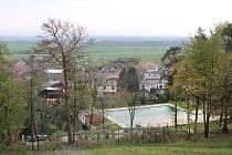 Pohled na koupaliště v Úvalně z rozhledny Hanse Kudlicha.