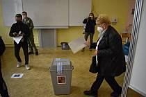 Ve třídách v přízemí krnovského gymnázia jsou volební místnosti pro tři okrsky. Voliči musí pár minut počkat, než na ně přijde řada, ale fronty se netvoří, 8. října 2021.