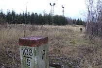 Dvě věže, které se brzy změní v rozhlednu, stojí pár kroků od česko–polské hranice. Hraniční vrch s věžemi má vrchol v nadmořské výšce téměř 581 metrů, takže věže jsou vidět z dálky jako důležitý orientační bod.