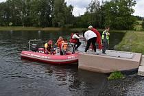 V Andělské Hoře při Žabákovi letos nebrázdila rybník plavidla recesistů, ale rychlý člun Vodní záchranné služby. O zábavu zde ale nebyla nouze.