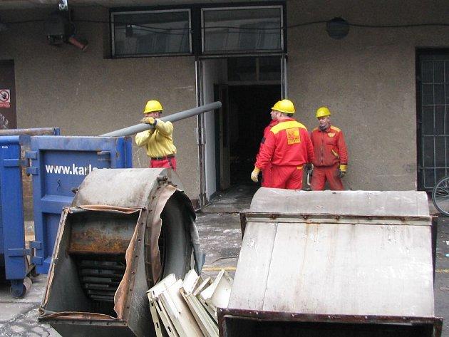 Stavební dělníci začátkem týdne obsadili plavecký krytý bazén v Bruntále.  Jejich úkolem je přebudovat chátrající sportoviště v moderní wellness centrum.