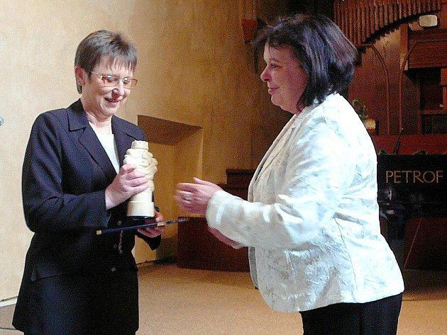 Titul Osobnost v kultuře města Krnova za rok 2009 z rukou starostky Renaty Ramazanové (vpravo) převzala ředitelka Základní umělecké školy Krnov Jiřina Fulneková (vlevo).