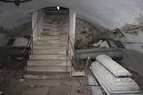 Krypta pod pohřební kaplí v Hošťálkovech ukrývá rakve s ostatky šlechticů rodu Arco.