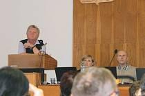 Břetislav Kohut, vedoucí finančního odboru bruntálské radnice (vlevo), sleduje spolu s radními hlasování o stanovení poplatku za komunální odpad.