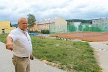 Pod školou směrem k panelovým domům vyrostlo nové hřiště s běžeckou dráhou a také tenisovou stěnou, ukázal starosta Bohumír Kamenec.