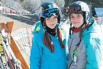 Monika Svobodová a Michaela Vičarová (zleva) z olomoucké obchodní akademie užívaly sněhu a sluníčka ve Ski Karlov v Karlově pod Pradědem.