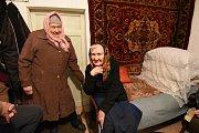 Dvě ženy, které dál žijí v oblasti bojů ve vesnici Krasnohirivka.