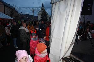 Město Albrechtice rozsvícení vánočního stromu spojilo s vydařeným jarmarkem. Program na pódiu moderovala odstupující starostka Jana Murová.