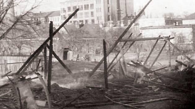 Podle žaloby Miroslav Jurča zapálil krnovský statek patřící JZD 19. prosince 1951. Měl smůlu v tom, že Stalin  slaví narozeniny 18. prosince, takže StB dostala ideální příležitost zinscenovat v Krnově odstrašující proces s  celou skupinou diverzantů.