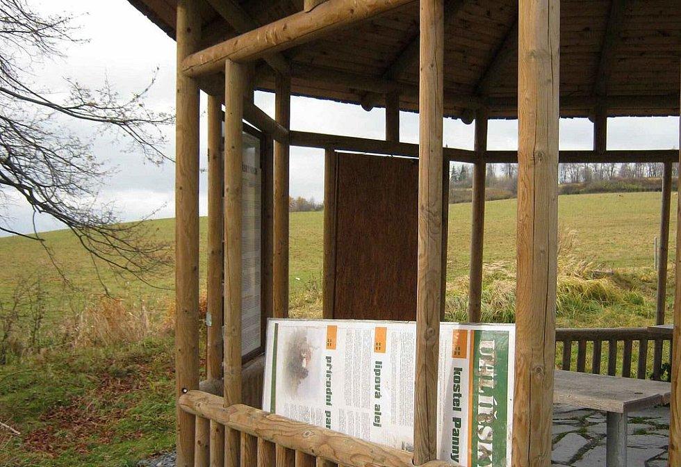 Informační tabuli někdo zničil v altánu na Uhlířském vrchu v Bruntále.